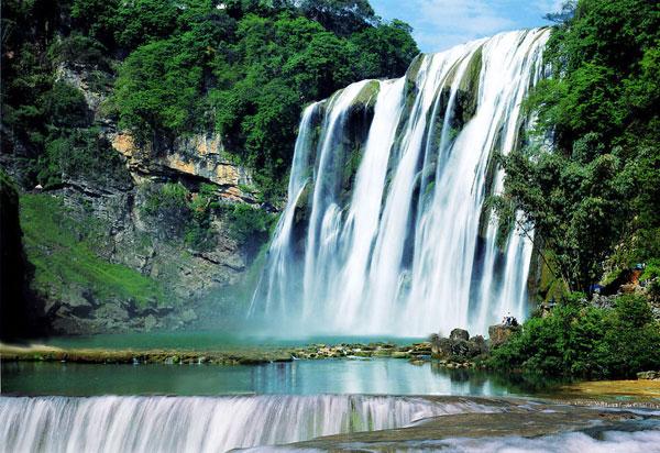 著名的黄果树大瀑布,是贵州第一胜景,中国第一大瀑布,也是世界最阔大壮观的瀑布之一。黄果树瀑布分布着雄、奇、险、秀风格各异的大小18个瀑布,形成一个庞大的瀑布家族,被大世界吉尼斯总部评为世界上最大的瀑布群,列入世界吉尼斯世界纪录。  黄果树大瀑布是黄果树瀑布群中最为壮观的瀑布,是世界上唯一可以从上、下、前、后、左、右六个方位观赏的瀑布,也是世界上有水帘洞自然贯通且能从洞内外听、观、摸的瀑布。明代伟大的旅行家徐霞客考察大瀑布赞叹道:捣珠崩玉,飞沫反涌,如烟雾腾空,势甚雄伟;所谓珠帘钩不卷,匹练挂遥峰,