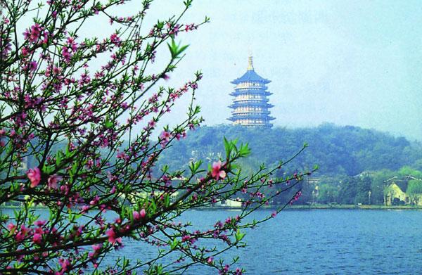 而现时的杭州春意最浓郁,是一派西湖美景三月天,春雨如丝如烟的感觉图片