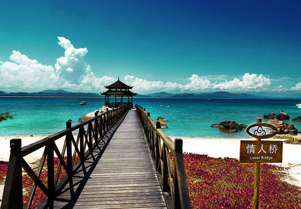 三亚被称为东方夏威夷,它拥有全海南岛最美丽的海滨风光。这里有闻名中外的天下第一湾亚龙湾和大东海、三亚湾等优质海滨,它们的共同特点就是海蓝沙白、浪平风轻。亚龙湾是中国最美的海岸之一。亚龙湾位于中国最南端的热带滨海旅游城市--三亚市东南28公里处,是海南最南端的一个半月形海湾,是海南名景之一。亚龙湾沙滩绵延7公里且平缓宽阔,沙粒洁白细软,海水澄澈晶莹,而且蔚蓝。能见度7-9米。海底世界资源丰富,有珊瑚礁、各种热带鱼、名贵贝类等,被誉为天下第一湾。  生猛海鲜    在三亚,海鲜坊里的海鲜都是现捞现