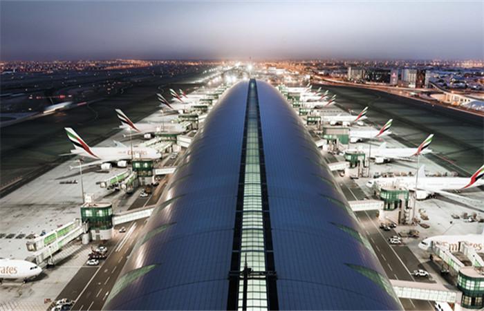 抵达迪拜国际机场,柜台照眼睛确认身份入境