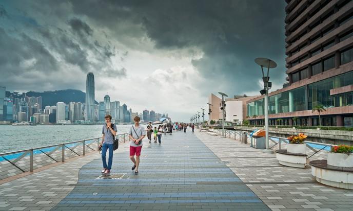 直到前不久,看到一则新闻,报道称美国有线新闻网络(CNN)旗下的CNNGo网站,日前评选全球十二个令旅客失望景点,香港的尖沙嘴星光大道荣登亚军,与日本东京、意大利比萨斜塔和美国时代广场亦同样上榜。那么,我们来看看,香港星光大道真的全球最令人失望的十二大景点之一吗? 香港尖沙咀(Tsim Sha Tsui),古称尖沙头,旧名香埗头,尖沙咀是九龙油尖旺区的一部份,位于九龙半岛的南端,北以柯士甸道至康庄道为界,与香港岛的中环及湾仔隔着维多利亚港相望。尖沙咀是九龙半岛南端的一个海角,毗邻红磡湾。在香港填海之